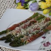 Szparagi zapiekane z szynką parmeńska i parmezanem