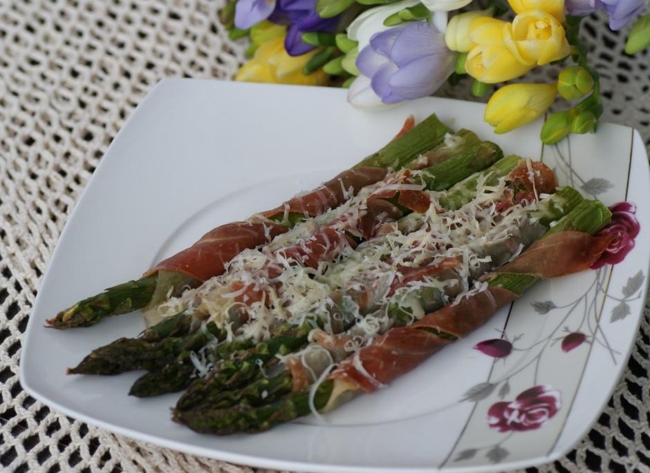 Szparagi zapiekane z szynką parmeńską i parmezanem