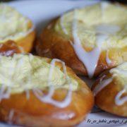 Drożdżówki z serem i lukrem